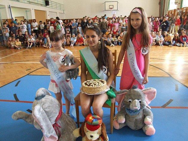 Nejkrásnější dívky I. základní školy Krnov jsou zleva: druhá vicemiss Bára Zemanová, miss a miss sympatie Michaela Kotlárová, první vicemiss Julie Rusková.