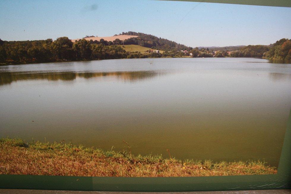 Údolní nádrž Pocheň na snímku z informační tabule na břehu je napuštěná. Ve skutečnosti je už od podzimu 2017 vypuštěná.