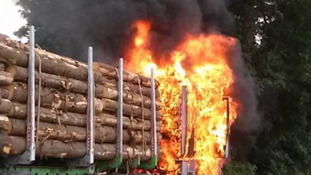 Požár nákladního automobilu s dřevem.