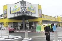 Zákazníci, kteří se vydali do krnovského hypermarketu Albert v pondělí 27. ledna kolem 10. hodiny, na svůj nákup hned tak nezapomenou. Museli uposlechnout výzvy policistů, aby předčasně ukončili své nákupy a odebrali se k východu.