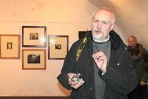 František Sysel na výstavě svých fotografií ukazuje, že si cameru obscuru vyrobil i z krabičky od zápalek.