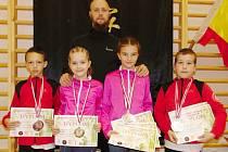 Bojovníci z Bruntálu s medailemi. Zleva Dominik Kolek, Elizabeth Lee, Karolína Pražáková a David Procházka, uprostřed mistr Martin Lee.