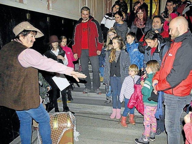 Loupežníci ovládli loni krnovskou radnici od sklepa po půdu. O Noc radnice mají Krnované velký zájem, netradiční prohlídku budovy si užívají děti i dospělí.