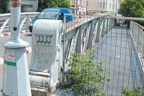 Rošty pro pěší na mostě jsou v tak dezolátním stavu, že průchod byl z bezpečnostních důvodů uzavřen. Rekonstrukci mostu, který je technickou památkou, už nebylo možné dál odkládat.