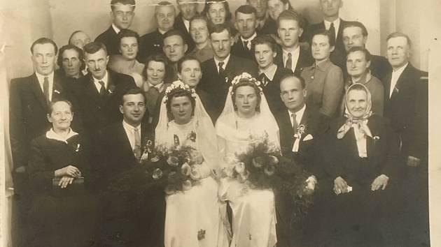 Fotografie z roku 1950, která má na rubu razítko krnovského fotoateliéru. Díky této indicii se podařilo v Krnově vypátrat potomky volyňských Čechů Bohuslava a Olgy Čepkových, kteří za holokaustu prokázali lidskost a statečnost.