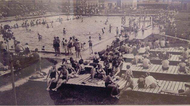 Krnovské koupaliště na historických fotografiích: návštěvníci zde měli kdispozici dřevěné rošty na odpočinek a opalování. Něco podobného by uvítali návštěvníci ivsoučasnosti.