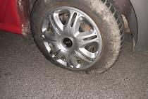 Rybář u Slezské Harty našel své auto se dvěma vypuštěnými koly. Proč někdo udělá takovou zlomyslnost?