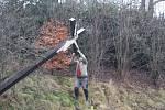 V Holčovicích-Spáleném mají dobrovolní hasiči za sebou zajímavý zásah. Historický dřevěný kříž u silnice stál 130 let. Najednou se ale začal nebezpečně naklánět.