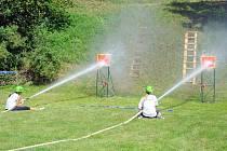 Jedna ze soutěžících disciplín byla zasáhnout proudem vody červený terč.