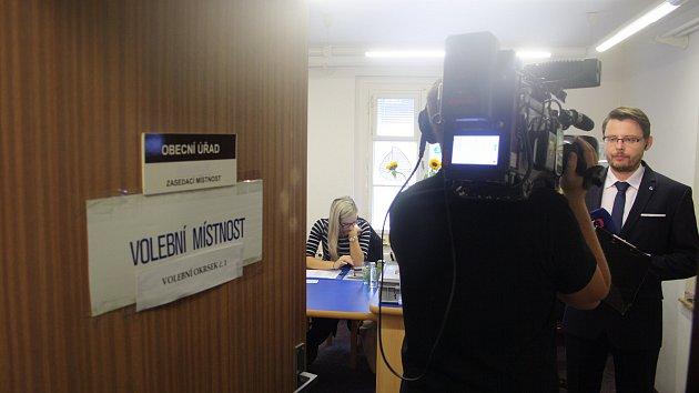 Karlova Studánka se těšila pozornosti médií při komunálních volbách 2010, 2014 i letos. Česká televize v pátek i v sobotu v živých vstupech informovala diváky, jak to vypadá s vyškrtnutými voliči, kteří mají trvalé bydliště hlášeno v hotelu Džbán.