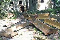 Vandalové vyrazili dveře a vyházeli z kostela všechno možné. Spoustu toho zničili.