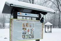 V městském parku v Bruntále je několik novinek, krmítko pro ptáky (v pozadí) a informační tabule.