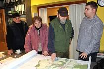 Starosta Dívčího Hradu Jan Bezděk (vpravo) s místními občany nad územním plánem diskutuje o umístění dvou větrných elektráren firmy Ostwind. Ty mají vzniknout necelý kilometr od nejbližší obytné zástavby.