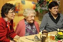 Na narozeninové oslavě stoleté Marie Ticháčkové (uprostřed) v domově seniorů Devětsil na Ježníku byli také zástupci rodiny. Své tetě prišly popřát neteře Marcela a Helena Kneislovy.