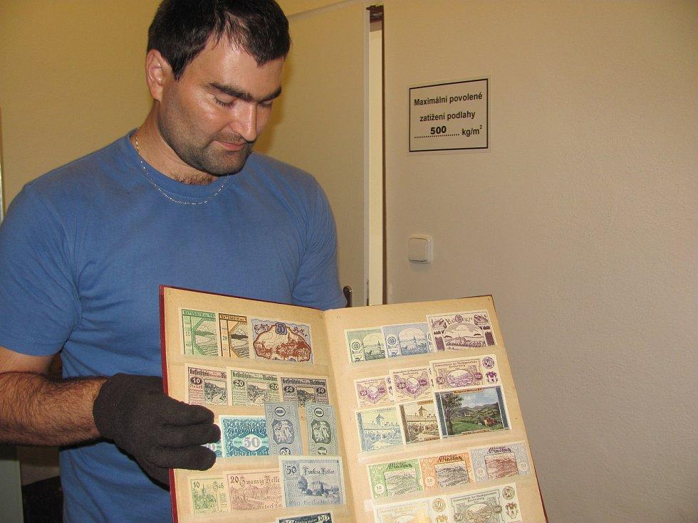 Ve sbírkách krnovského muzea jsou nejen mince, ale také bankovky a různá alternativní platidla jako třeba válečné potravinové lístky.