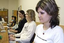 Aneta Kaperová, Iveta Kolarovčeková a Romana Vítková (zprava) patří k největším nadějím bruntálské pořádající školy.