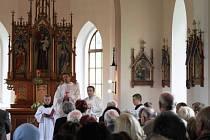 Po náročné rekonstrukci otevřeli kostel svatého Antonína ve Vajglově. Kdo má rád divadlo, asi by jen těžko uvěřil, že kostel renovoval tým pohádkové babičky Danuše Šenkyříkové.