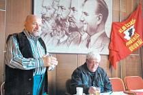 Josef Cepek při přednášce prozradil, že od 5. května 1945 nefungovala v Bruntále žádná fabrika. Vpravo předseda bruntálské městské rady Klubu českého pohraničí Josef Halabala z Rudné pod Pradědem.