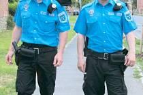Strážníci Městské policie Krnov během pochůzky v ulicích města. Ilustrační foto.