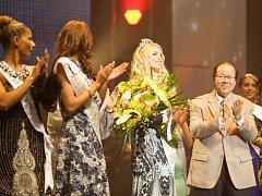 Monika Vaculíková (třetí zleva s korunkou) během slavnostního ceremoniálu světového finále soutěže krásy Miss Princess of the World 2014 v Ostravě.