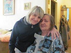 V domech s pečovatelskou službou si senioři mnohdy vytvoří se sociálními pracovnicemi blízký vztah.