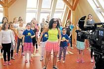 Základní škola ve Městě Albrechticích se změnila ve televizní a taneční studio. Žáci se už nemohou dočkat, až bude Česká televize v březnu vysílat taneční pořad Rytmix.