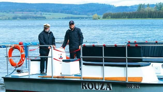 Bezprostředně po spuštění na hladinu se ke kormidlu Rouzy postavil Miroslav Střelec, vedle něj další z kormidelníků, Jiří Slavík. Ti nyní zkouší, jak se nová loď chová v provozu.