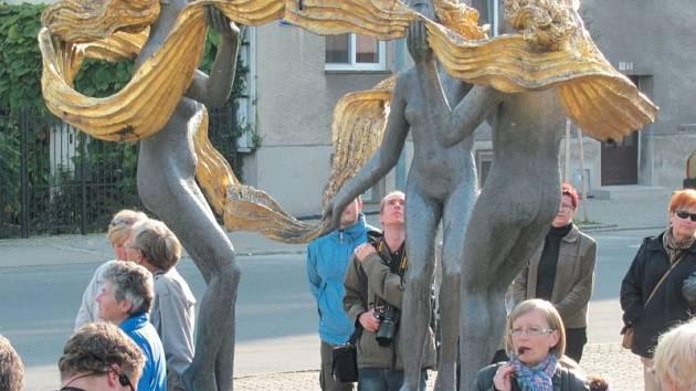 Krnovské sousoší tří grácií Olbrama Zoubka s názvem Radost už dost naléhavě potřebuje opravu. Také peníze na konzervaci tohoto uměleckého díly budou hledat zastupitelé.