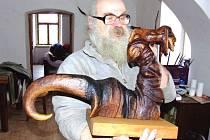Řezbář Vlastimil Dvořák z Razové se v Krnově bude věnovat začínajícím řezbářům v rámci kurzu Oživlé dřevo.
