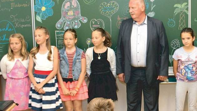 Školáci ze čtvrté třídy v Horním Benešově dostali vysvědčení z rukou Ladislava Velebného (na snímku).