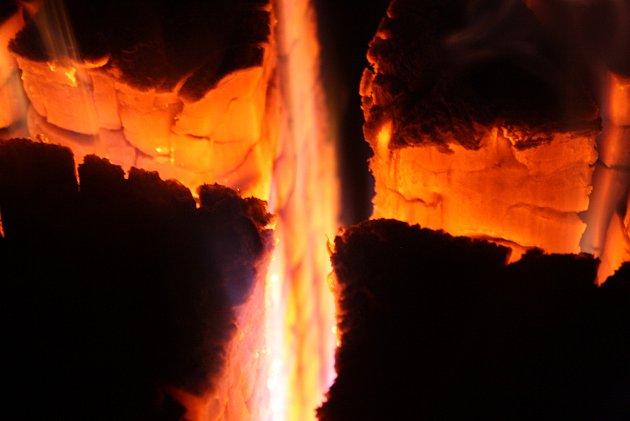 Vyrobit si ze špalku švédskou svíci neboli švédský oheň dokáže každý. Je to zajímavá alternativa k běžnému táboráku.