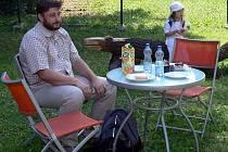 Jiří Šimsa z Havířova přijel na setkání, kteé se uskutečnilo rok po tragickém železničním neštětstí ve Studénce, s dcerou Klárkou.