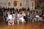 Patnáct studentů Městského osmiletého gymnázia získalo v pondělí 20. června v prostorách bruntálského zámku maturitní vysvědčení.