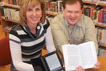 ČTEČKA neboli e-book (vlevo) je velká asi jako běžná papírová kniha, a přesto se do ní vejdou stovky i tisíce titulů. Pracovníci krnovské knihovny zájemcům rádi vysvětlí jak funguje.