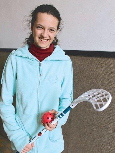 Barbora Vikartovská, obrovský sportovní talent bruntálského regionu. Baví ji hrát nejen fotbal, ráda svádí souboje i na florbalovém hřišti.