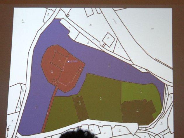 Mapa ukazuje hlavní slabinu zámku Dívčí Hrad: komplikované majetkové vztahy kokolním pozemkům. Každá barva představuje jiného majitele.