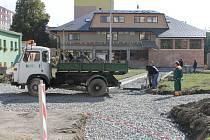 Pracovníci bruntálských Technických služeb staví na náměstí 1. máje první obrubníky nových chodníků. Další vylepšení odpočinkové i průchozí plochy plánuje město napřesrok.