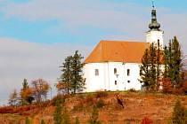 Uhlířský vrch nad Bruntálem. V lipové aleji vedoucí ke kostelu je půvabná křížová cesta od místního řezbáře Františka Nedomlela.