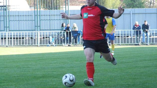 Tomáš Hudský uniká s míčem.