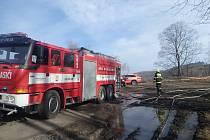 Řidič v Hynčicích u Města Albrechtic spadl do řeky a zůstal zaklíněný ve vraku. Na pomoc přispěchali hasiči i záchranáři.