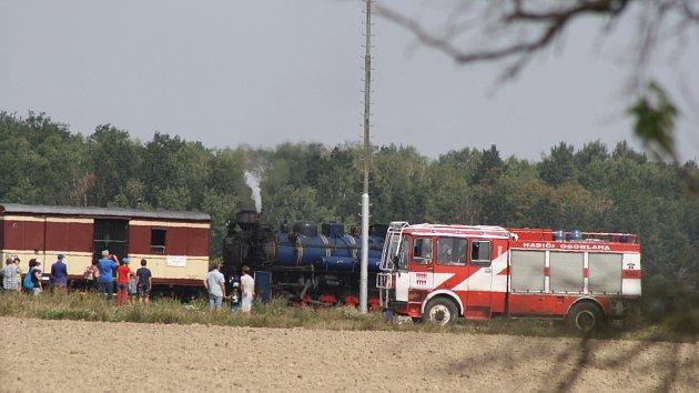 Parní jízdy na osoblažské úzkokolejce pokračují. Kvůli zvýšenému riziku požárů ale musí parní lokomotivy doprovázet hasiči s cisternou.