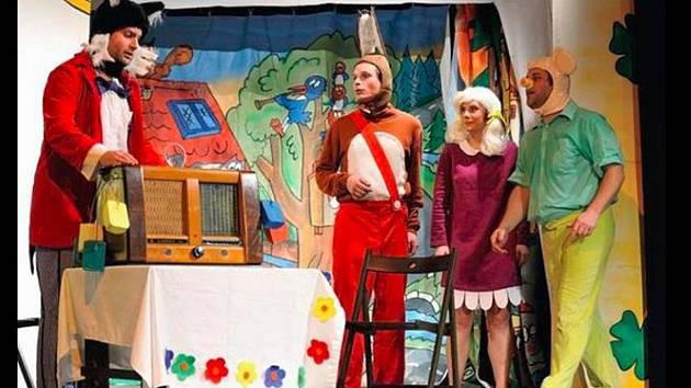 Čtyřlístek hostoval v Bruntálu v roce 2014 v podání pražského Divadla D5. Zleva Profesor Myšpulín se svým vynálezem, kamarádi Pinďa, Fifinka a Bobík.