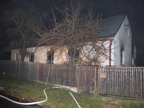 Jedna žena uhořela a druhá skončila s těžkými popáleninami při požáru, který vypukl v pondělí 18. listopadu po půlnoci v Úvalně.