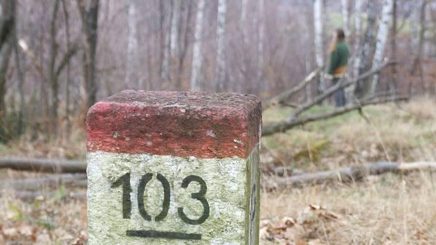 Hraniční kameny se na několika místech asi budou posouvat. Krnov nabídl státu pro vyrovnání územních dluhů vůči Polsku plochu o rozloze 3856 metrů čtverečních. Po povodních, které změnily koryto, je na tento pozemek lepší přístup z Polska než od Krnova.
