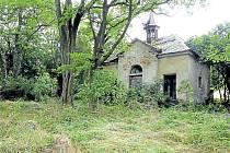 Hřbitov v Krásných Loučkách je zanedbaný, kaple je v havarijním stavu. Výstava Historické hřbitovy ukazuje, že nejde o výjimečný případ.