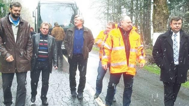 Místostarosta Rýmařova a předseda výboru pro dopravu Jaroslav Kala (vlevo) provedl krajské zastupitele po silnicích Rýmařovska. Vpravo kráčí ředitel Správy silnic Moravskoslezského kraje Tomáš Böhm.