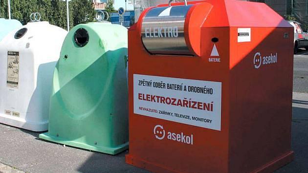 Červené kontejnery se koncem června objevily v ulicích Krnova. Jsou určené pro sběr baterií a vysloužilých drobných elektrospotřebičů a je jich ve městě celkem šest.