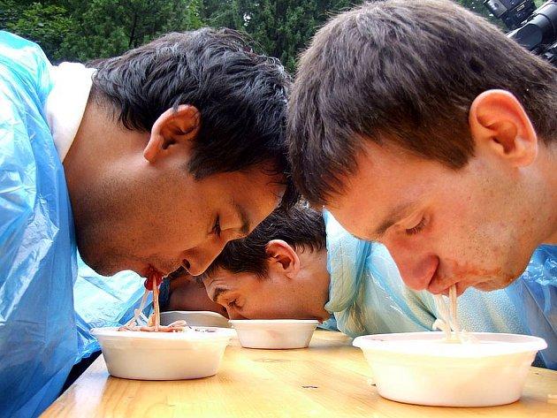Pojídání špaget na čas s rukama za zády.