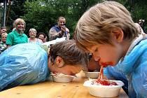 Adam Hlávka z Bruntálu (vpravo) byl nejmladším, teprve devítiletým soupeřem v pojídání špaget s rukama za zády.