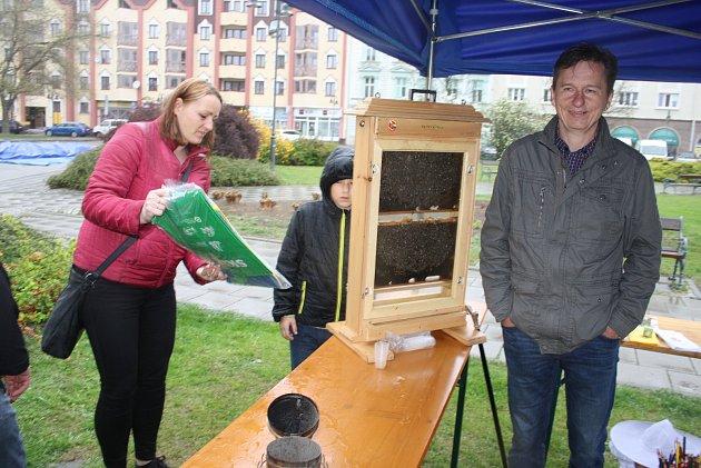 Krnovští včelaři se veřejnosti představili medem, medovinou, živými včelami iručně malovaným svatým Ambrožem.
